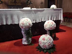 Floristería Yedra Santander decoración para boda con bolas en Iglesia.