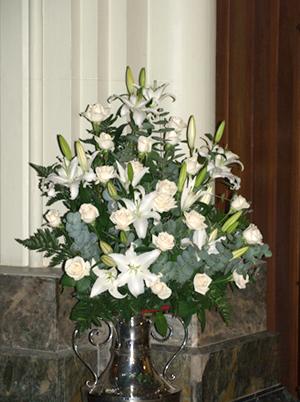Floristería Yedra Santander decoración para boda en Iglesia con centro de flores.