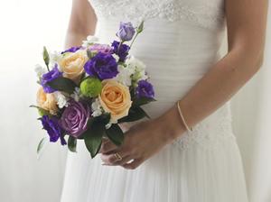Floristería Yedra Santander ramo de novia tipo bouquet de rosas, lisiantus y alelí.