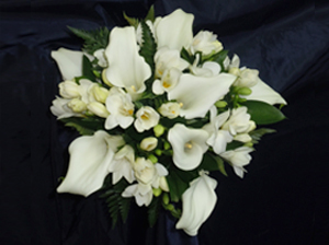 Floristería Yedra Santander ramo de novia tipo bouquet de calas y fressias en color blanco.