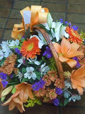 Floristería Yedra en Santander. Cesta de flores para regalo.